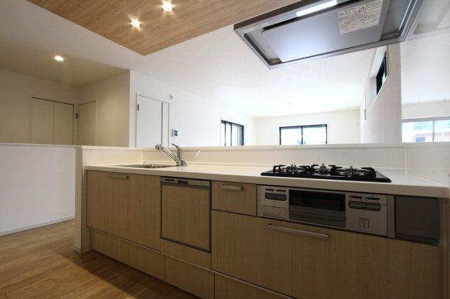 木目調の優しい色合いのシステムキッチン。 嬉しい食器洗い乾燥機付きですので、家事の時短にもつながりますね。