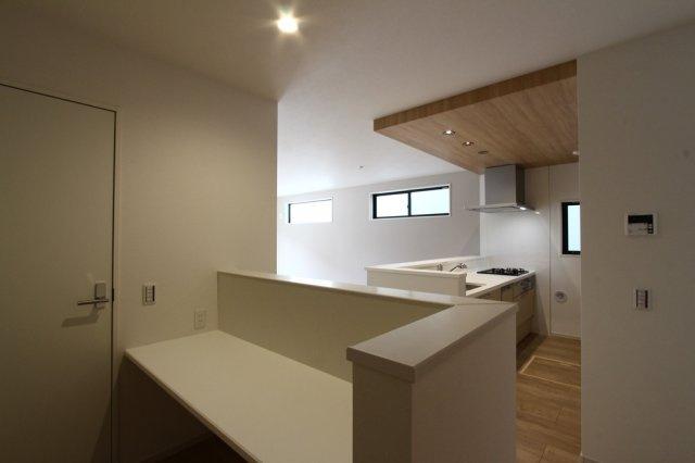 キッチン横にカウンターを設けた間取りとなっております。 ワークスペースや、リビング学習にも便利な空間です。