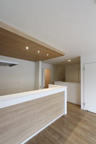 キッチンの上部にデザイン壁を張る事でうまれる、洗練された空間。 家事をするのも楽しくなるような、機能的で心地よいキッチンスペースです。