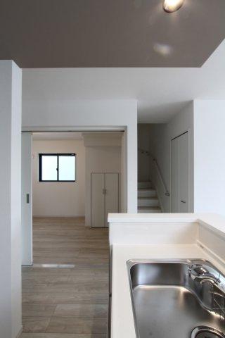 キッチン横には、5.5帖の洋室がございます。  お子様の遊び場や、学習スペース、書斎など多用途にご使用いただけます。