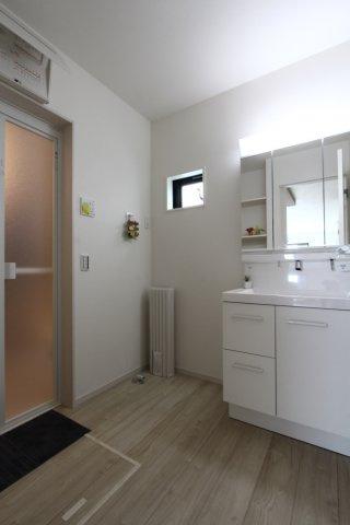 独立洗面台は、鏡面裏にも収納がございますので、洗面用具や化粧品などをスッキリ収納できますよ。