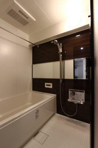 落ち着いた色合いの広々とした浴室はくつろぎのバスタイムになりそう。浴室換気乾燥暖房機付きになっていて雨の日でもお洗濯物に困らず大変便利ですよ。