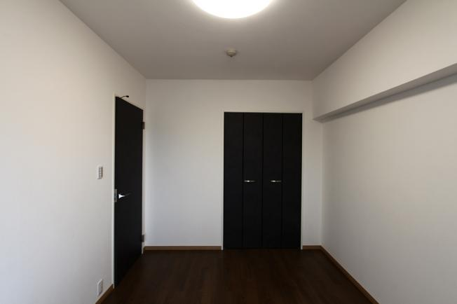 落ち着いた室内空間の洋室。フローリング、クロス張替された室内は、新しい生活も気持ちよくスタート出来そうですね。