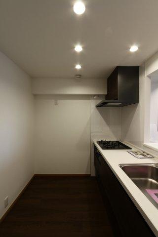 天井に埋め込むタイプのダウンライトがお洒落な印象のキッチン。また、ダウンライトはほこりが溜まりにくいため、天井掃除の手間が省けるためメンテナンスも楽ですよ。