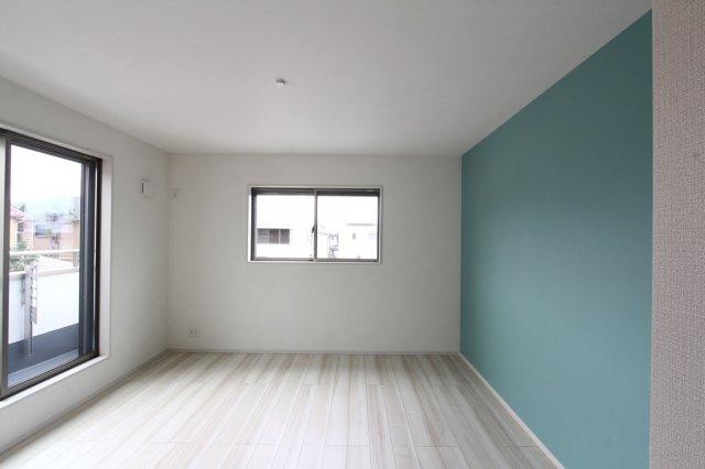 清潔感たっぷりな居室は、一面の壁の色を変えて個性的なプライベート空間。2階居室は全て6帖以上なのでゆったりとした間取りとなっております。