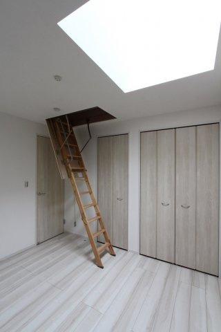 小屋根裏収納が完備されている2階居室は6帖。収納スペースもたっぷりで、年々増えていく荷物も楽々収納。