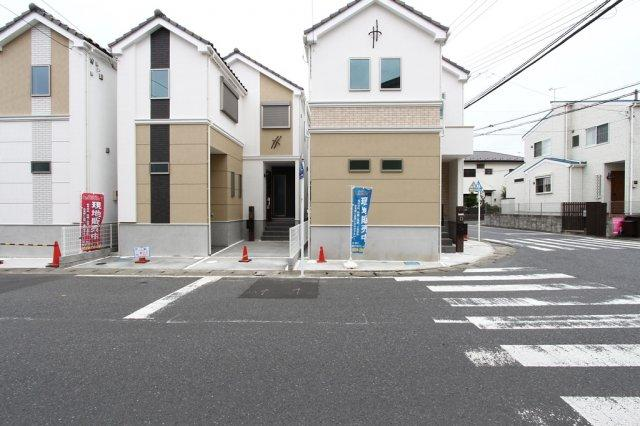 新築戸建て 柳島1丁目全3棟!バス停までは徒歩1分と通勤通学にも便利ですよ。全棟屋外シャワー設備のあるお住まい 陽当たり良好で気持ち良い室内空間を実感できる3号棟です。