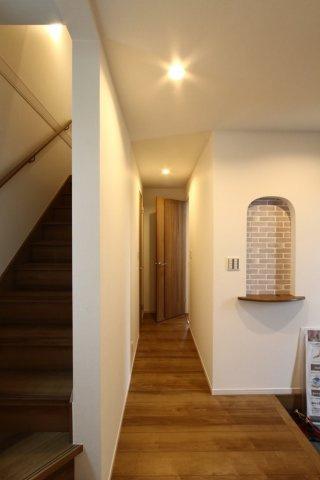 玄関にはおしゃれなニッチがあり、お好きなインテリアも楽しめそう。お客様の目を惹く木目が美しいフローリング。