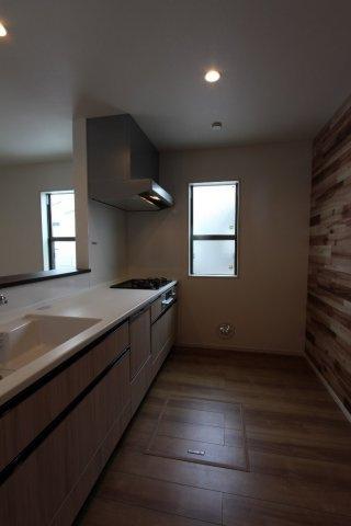 熱がこもりがちなキッチンは、窓があるので換気もできて嬉しいポイント。キッチン背面は目を惹く木目調。隅々までこだわりを感じられるお住まいとなっております。