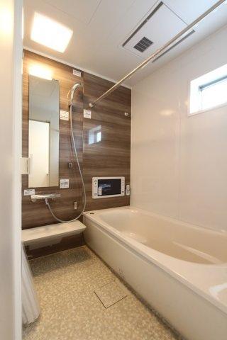 湿気のこもらない窓付きバスルーム 換気もできてカビの発生も抑えます。バスタブは段差があるので小さなお子様を座らせたりと便利。また節水に役立ちます。