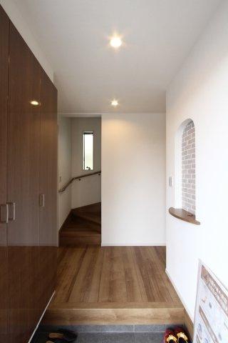 玄関には大型シューズボックスがあるので、家族が増えても安心。いつでもきれいな状態をキープできますね。
