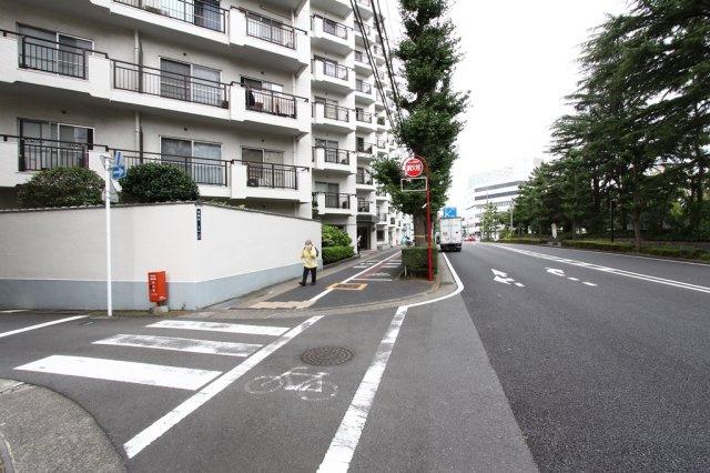 歩道がしっかりと確保され、通勤通学時も安心◎ また、目の前が公園なので、お散歩やジョギングも日常的に取り入れやすいです。バス停歩1分なので、交通アクセスも良好です。