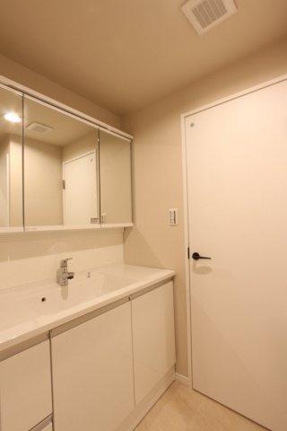 並んで支度が出来る広々3面鏡洗面台は、鏡裏に隠して洗面用具や化粧品などが片付くのもうれしいポイント◎ 隠す収納で見た目もすっきりとし、ほこりが溜まりにくくお掃除もスムーズ♪