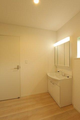 広々とした洗面所はとても使い勝手が良いもの。混みあう朝の洗面所でも、ゆったりとした気持ちでお使い頂けます。