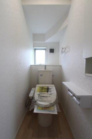 1階2階共に温水洗浄便座付きの快適なトイレスペース。トイレホルダーは2つ付きで便利です。