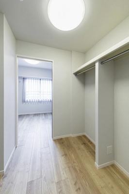 洋室3に繋がるウォークスルークローゼットはどのお部屋にも行き来しやすい場所に設けられております。