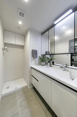 幅が広くゆったり使えるLIXIL製洗面化粧台を設置しています。お手入れしやすい設計のボウルや豊富な収納スペースで住まう方に配慮されています。