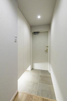 白をとした清潔感のある玄関です。フットライト付きのシューズボックスを備え付けているので、玄関が散らかりません。