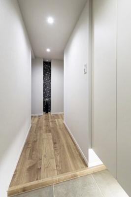 玄関から続く廊下です。居室が見えない設計でプライバシー性に優れています。