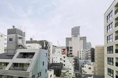 12階建8階部分からの眺望です。周辺はマンションやビルが立ち並んでいますが、しっかりと青空が仰げます。