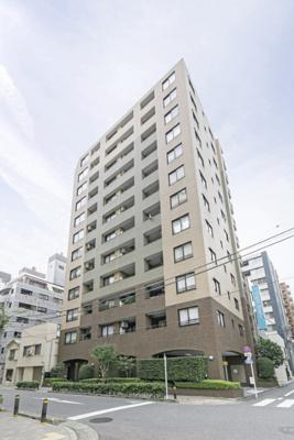 都営新宿線「浜町」駅徒歩5分、東京メトロ半蔵門線「水天宮前」駅徒歩8分。各方面へ軽快なアクセスができ、行動範囲が広がりそうです。