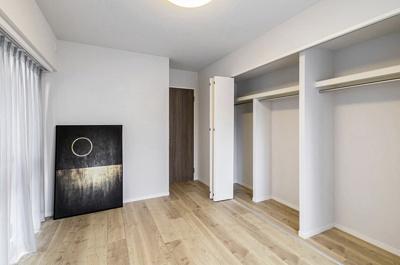 洋室1には一方の壁にたっぷりの収納スペースがあり、居室は広々とお使いいただけます。