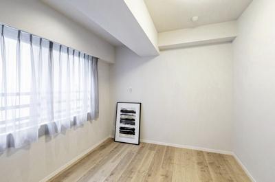 洋室2(約5.8帖)はリビングから離れた独立したお部屋で書斎やテレワークスペースに適しています。クローゼットもあります。
