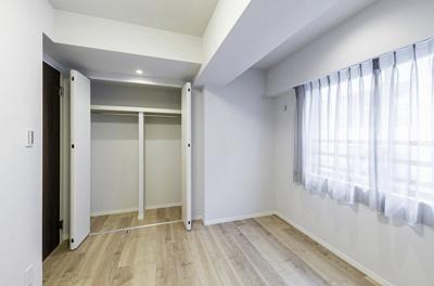 洋室2のクローゼットの中には、枕棚とハンガーラックが2本設置してあります。お洋服を吊るして収納できるのがうれしいですね。
