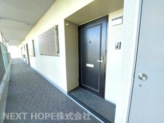 シンプルな玄関ドアです♪