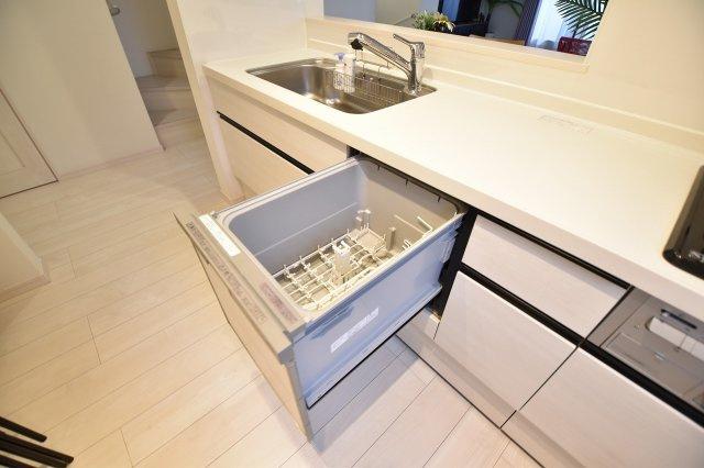 お食事後の皿洗いもラクラクの食洗器付き!