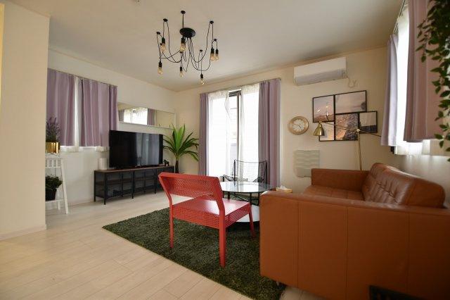自然とご家族が集まるリビング。家具付き販売の嬉しい企画です。