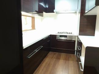 重厚感のあるカラーデザインで統一されたキッチン。