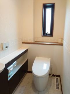 手洗い場・収納スペースも設置した使いやすいタンクレストイレ。