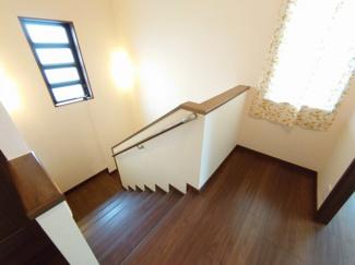 ゆとりのある階段ホール。大きな窓から光を呼び込みます。