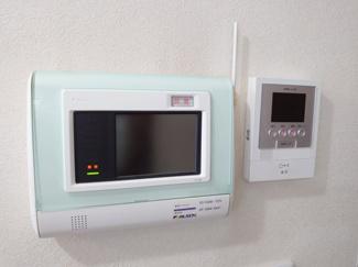 インターホンのモニターと24時間セキュリティのスイッチ。