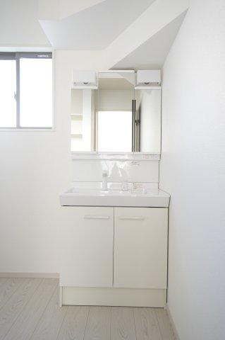 【同仕様施工例】シャワー付洗面化粧台です。三面鏡の収納で歯ブラシや化粧品などの小物もスッキリと収納できます。