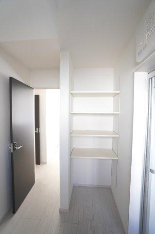 【同仕様施工例】洗面脱衣室棚 ランドリーバスケットも置けます。タオルや日用品も収納できます。