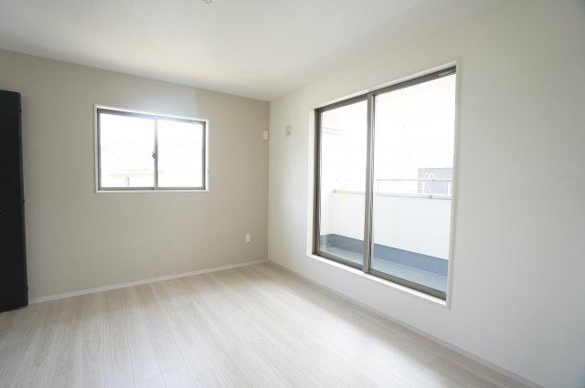 【同仕様施工例】2階 南向きのお部屋です。アクセントクロスがおしゃれです。
