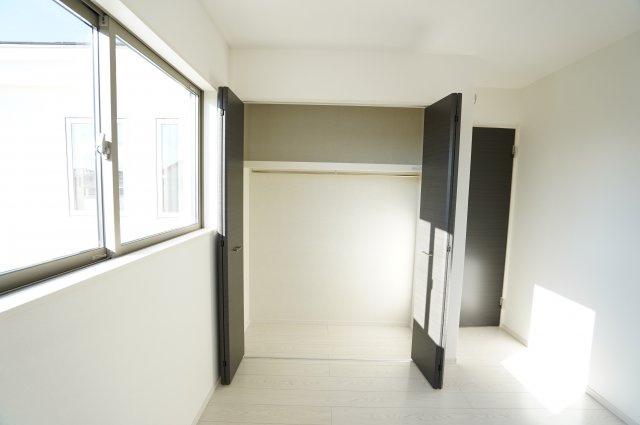 【同仕様施工例】2階 お洋服を掛けて下の空いたスペースを利用してバックや小物を置いて有効活用できます。