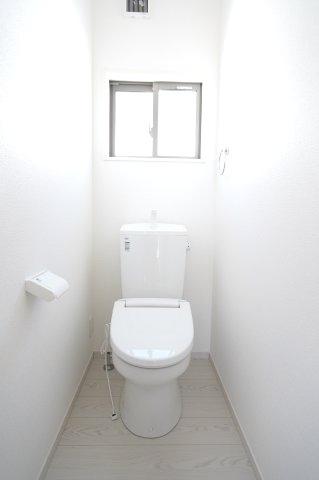 【同仕様施工例】2階トイレ 清潔感のあるトイレです。窓があるので換気ができます。