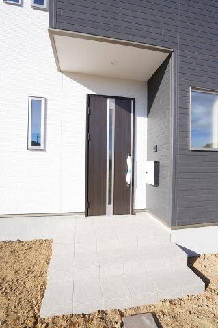 【同仕様施工例】スタイリッシュでおしゃれな玄関ドアです。