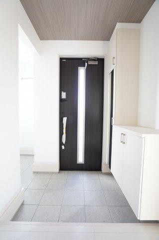 【同仕様施工例】広々とした玄関。お客様を気持ちよくお出迎えできます。