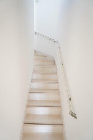 【同仕様施工例】手すり付階段です。明るいです。