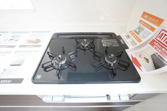 【同仕様施工例】システムキッチンです。レンジもお手入れラクラクです。