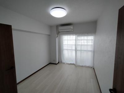 バルコニーに面し明るい寝室です