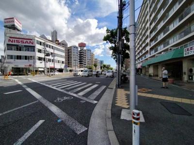 大きな道路に面しており、歩道も整備されています。