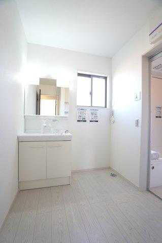 【同仕様施工例】洗面脱衣場 窓がありますので換気も十分にできます。