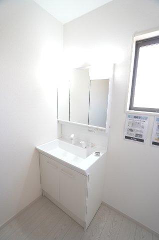 【同仕様施工例】洗髪洗面化粧台 三面鏡の収納で歯ブラシや化粧品などすっきり片付けられます。