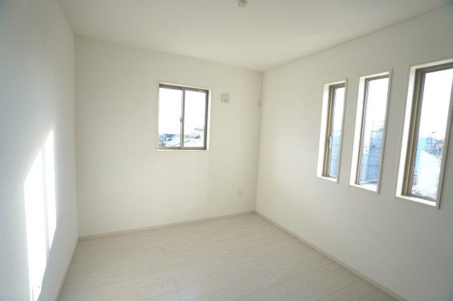 【同仕様施工例】南向きのお部屋です。おしゃれな小窓でアクセント。