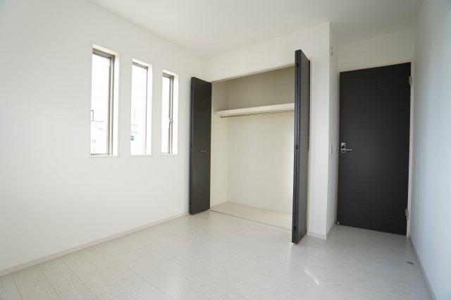 【同仕様施工例】建具をダークでシックな色を選び、明るい中にもアクセントが効いたお部屋となっています。